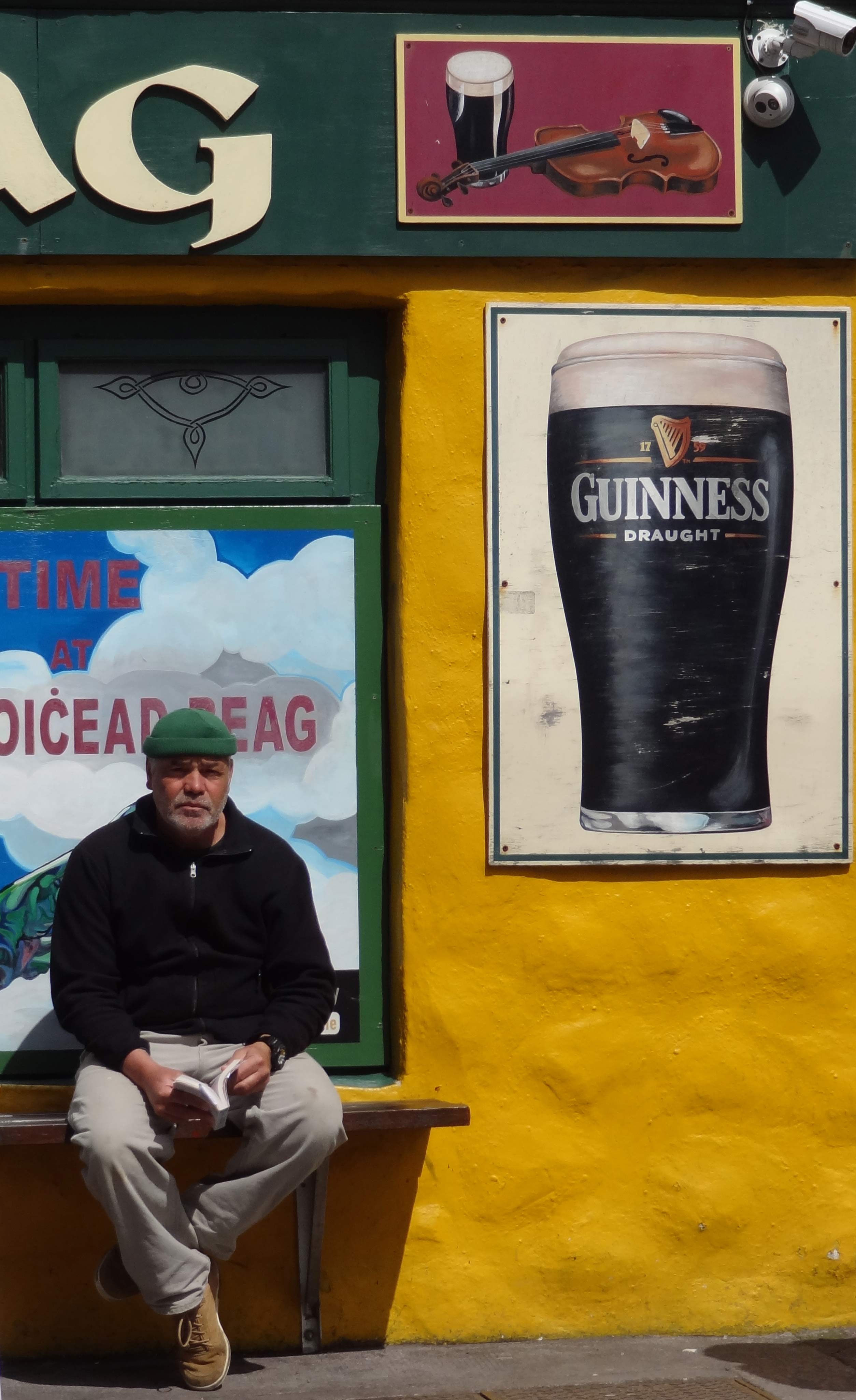 Devant un pub à Dingle