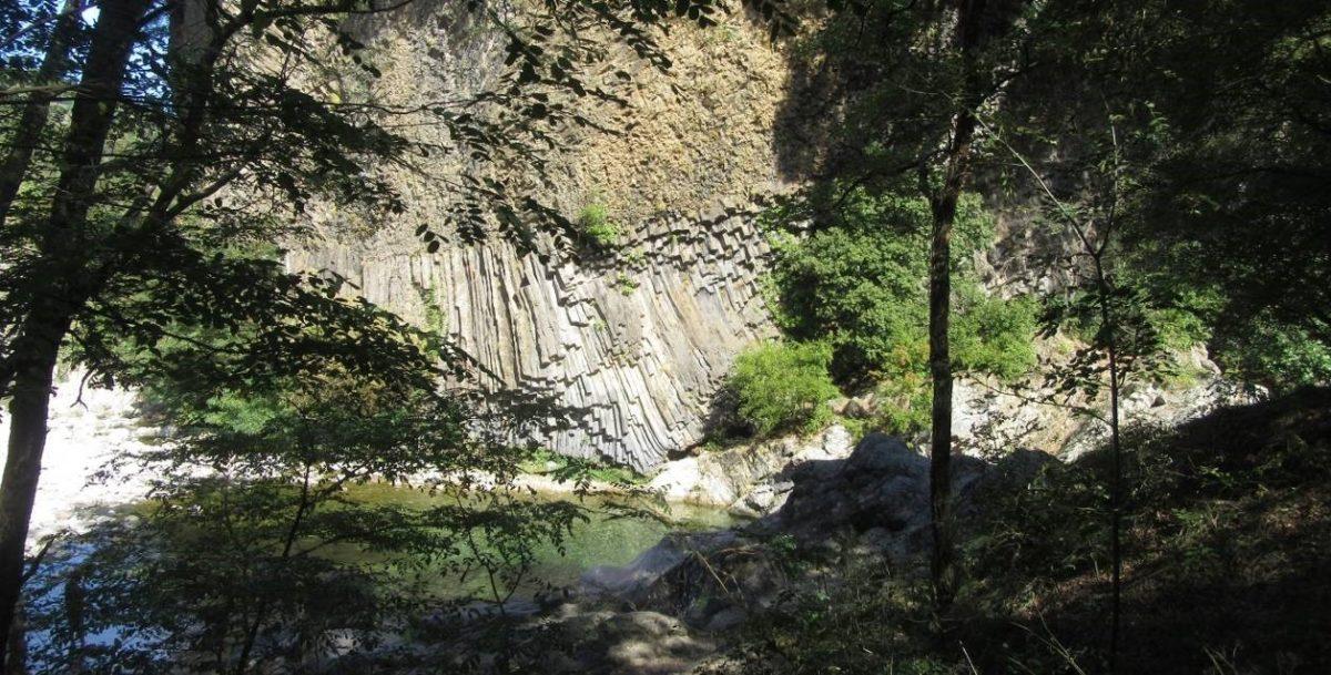 Coulée basaltique sur les berges du Lignon