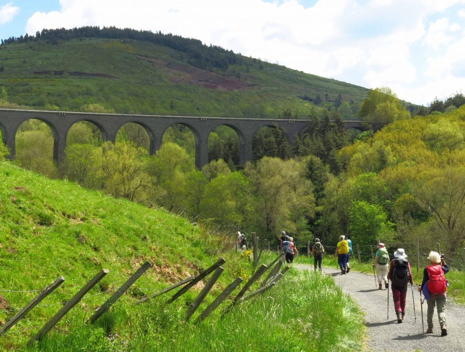 Passage sous et sur le viaduc d'Arquejols