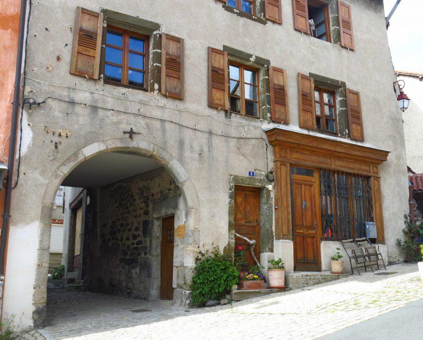 Une des nombreuses anciennes boutiques du Monastier